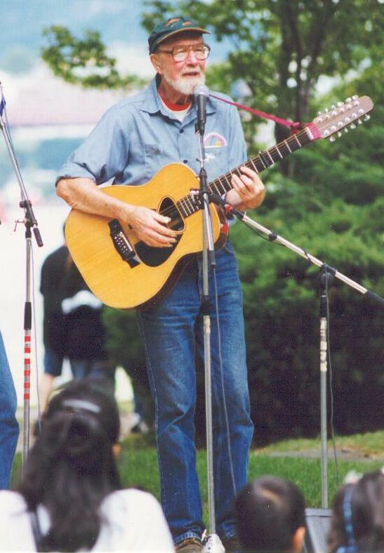 Pete Seeger con la sua chitarra
